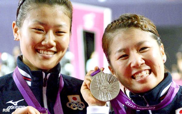 2012年8月、ロンドン五輪バドミントン女子ダブルスで銀メダルを獲得した藤井(右)、垣岩組(ウェンブリー・アリーナ)=共同