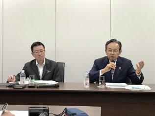 記者会見する日本造船工業会の加藤泰彦会長(右)(19日、東京都内)
