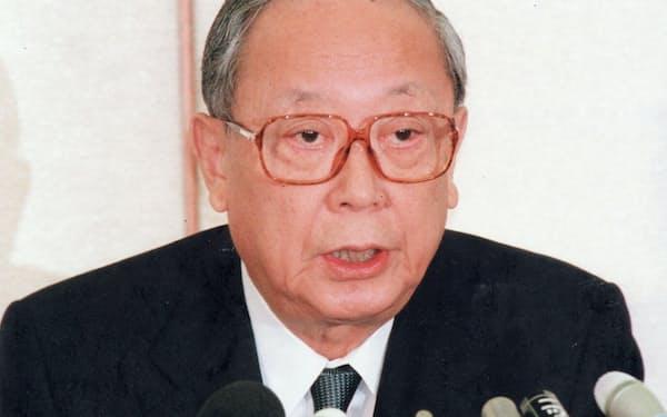 山一証券の自主廃業について会見する松下日銀総裁(当時)=1997年11月24日、日銀本店。