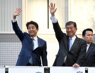 自民党総裁選の街頭演説で党員らに手を振る安倍首相と石破元幹事長(15日午後、佐賀市)