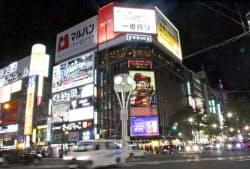 すすきの地区のシンボルであるニッカウヰスキーのネオンが再点灯した(19日、札幌市)