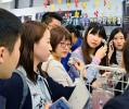 総合免税店「ラオックス」秋葉原本店を訪れた中国人観光客ら(2017年10月)