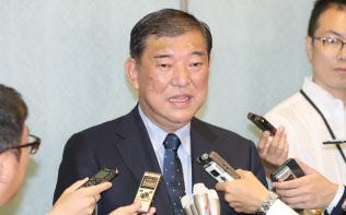 自民党総裁選の投開票日を迎え、記者の質問に答える石破元幹事長(20日午前、東京都港区)