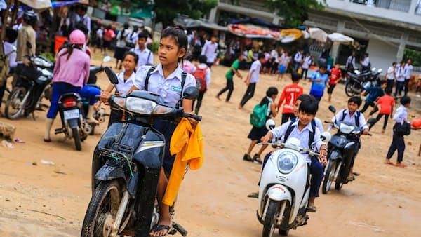 せかい旬景 カンボジアで増える小さな「暴走族」