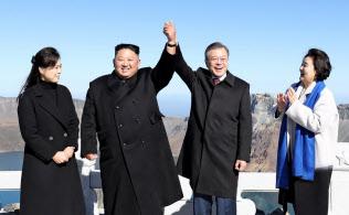 20日、白頭山の山頂で記念撮影する韓国の文在寅大統領(右から2番目)=平壌写真共同取材団撮影