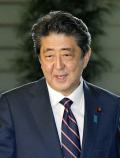 報道陣の問いかけに応じる安倍首相(20日、首相官邸)