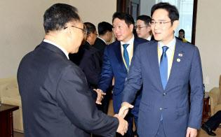 北朝鮮の政権幹部とあいさつする李在鎔サムスン電子副会長(18日、平壌写真共同取材団撮影)