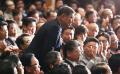 自民党総裁選で3選を果たした安倍首相から健闘をたたえられ、立ち上がって一礼する石破元幹事長(20日、党本部)