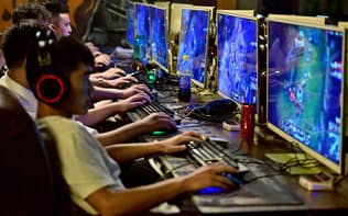 中国政府はゲームの利用制限に動く(オンラインゲームに興じる中国の青少年)=ロイター