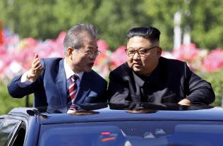 オープンカーで平壌市内を巡る文大統領(左)と金委員長(18日)=平壌写真共同取材団