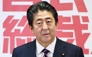 自民党総裁選で3選を果たし、記者会見する安倍首相(20日午後、党本部)