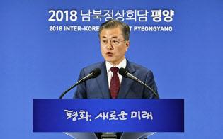20日、平壌での南北首脳会談を終えソウルで記者会見する韓国の文在寅大統領=共同