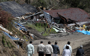 北海道地震では土砂災害で多くの家屋が倒壊した(13日、北海道厚真町)