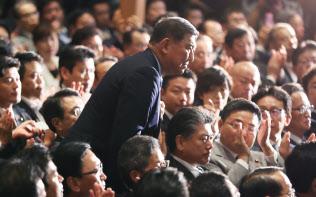 安倍首相から健闘をたたえられ、立ち上がって一礼する石破元幹事長(20日、党本部)