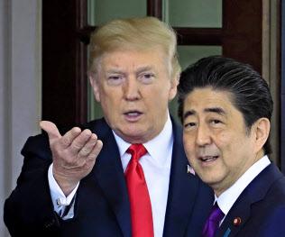 トランプ米大統領(左)と安倍首相(6月、ワシントン)=AP