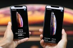 発売された「iPhone XS Max」(右)と「iPhone XS」(21日午前、東京都渋谷区のアップル表参道)
