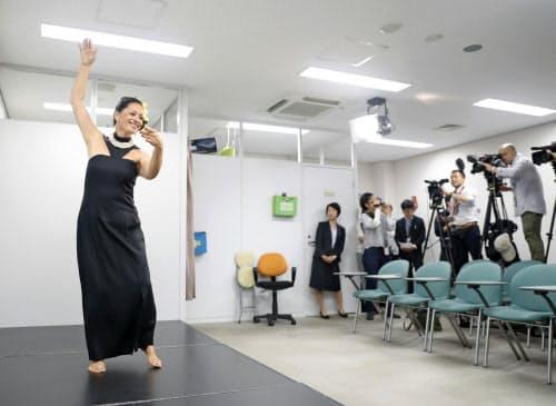判決を前に、フラダンスを実演する原告のカプ・キニマカ・アルクイーザさん(20日、大阪市の司法記者クラブ)=共同