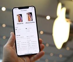 日本でも発売した「iPhone XS Max」(21日午前、東京都渋谷区のアップル表参道)