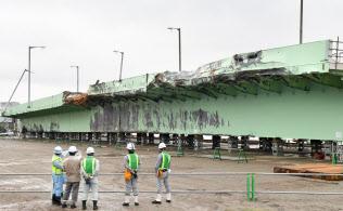 関西国際空港の連絡橋から撤去された橋桁(21日午前、堺市)