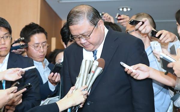 事務次官を引責辞任し、謝罪する戸谷一夫氏(21日午後、文科省)