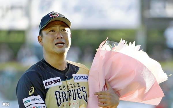 引退セレモニーで花束を受け取り、涙を流すルートインBCリーグ栃木の村田=共同
