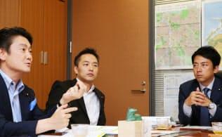 鼎談する(左から)自民党の山下貴司、村井英樹、小泉進次郎の各衆院議員