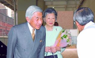 東大病院を退院する天皇陛下(2003年2月、東京都文京区)