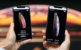 高額でも消費者の人気は根強い(「iPhone XS Max」(右)と「iPhone XS」)
