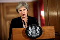 EUの首脳会議後に声明を発表する英国のメイ首相(21日、ロンドン)=ロイター