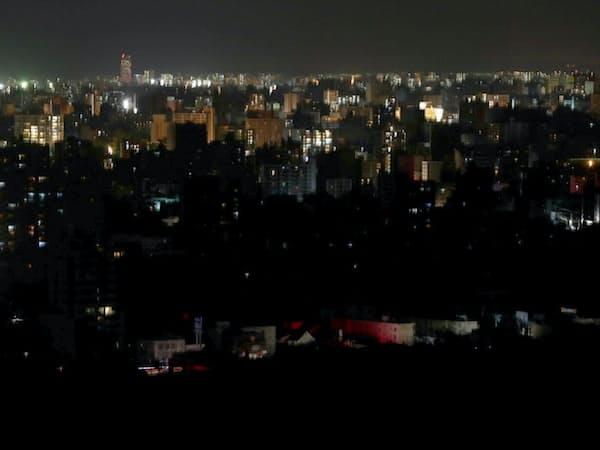 停電で大半の明かりが消えた札幌市内(6日夜)