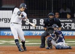 プロ野球西武戦の8回、ロッテの福浦和也内野手が右越え二塁打を放ち、史上52人目の通算2千安打を達成(22日、千葉市のZOZOマリンスタジアム)=共同