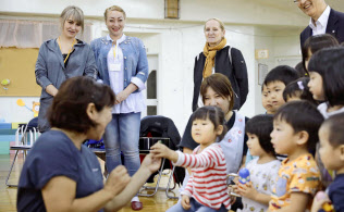 北海道むかわ町を訪れた「ビザなし交流」のロシア側訪問団の女性ら(22日午後)=共同