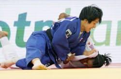 柔道の世界選手権女子57キロ級で英国選手(下)を破り金メダルを獲得した芳田司(22日、アゼルバイジャンのバクー)=共同