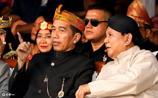 23日、対抗馬のプラボウォ氏(右)と式典に出席したジョコ大統領=ロイター