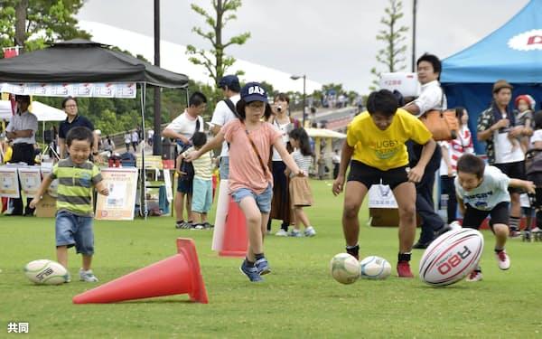 ラグビーW杯1年前イベントの体験コーナーで遊ぶ子供たち(23日、埼玉県熊谷市)=共同