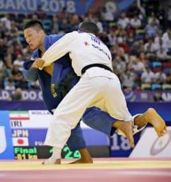 男子81キロ級決勝 サイード・モラエイ(右)を攻める藤原崇太郎。一本負けを喫し初優勝を逃した(23日、バクー)=共同