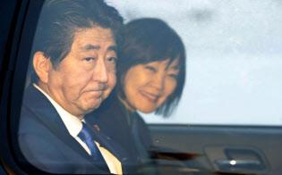 23日、国連総会出席のため、昭恵夫人(右)と米ニューヨークのケネディ国際空港に到着し、車に乗り込む安倍首相=共同