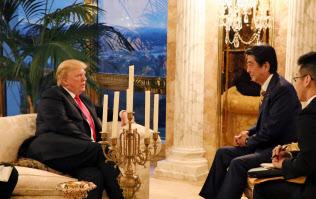 トランプタワーで夕食会に臨んだ日米首脳(23日、内閣広報室提供)
