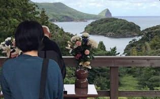 対岸の慰霊所から望むカズラ島