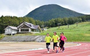 標高1730メートルの日本最高峰のトレーニング施設が長野県東御市で本格稼働した(練習する実業団の選手)