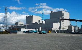 苫東厚真火力発電所の外観。手前が再稼働した4号機の建屋(20日、北海道厚真町)