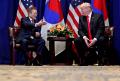 24日、ニューヨークで会談するトランプ米大統領(右)と文在寅(ムン・ジェイン)韓国大統領=ロイター