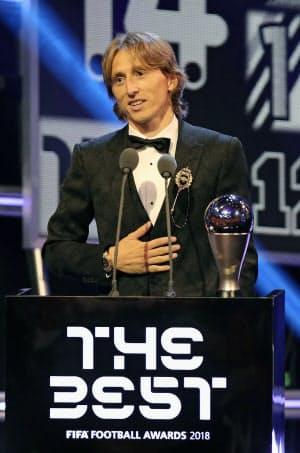 男子最優秀選手に選ばれたクロアチア代表のモドリッチ(24日、ロンドン)=ゲッティ共同