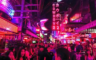 タイはLGBTに寛容なイメージがあるが……(ニューハーフバーなどがあるバンコクの歓楽街)=小高顕撮影