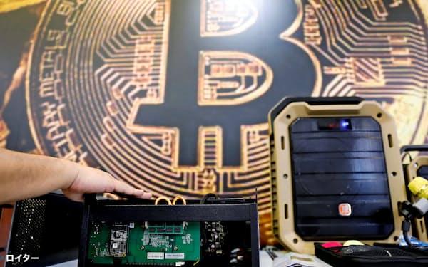 仮想通貨の採掘に使うコンピューター(6月、台北で開かれた見本市「Computex」で)=ロイター