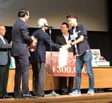 第2回宮崎大学ビジネスプランコンテストでグランプリを受賞した久保洋朗氏(右)