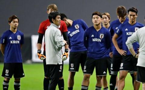 札幌ドームでの練習で槙野(右端)ら選手と話す森保監督(手前)=共同