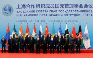 6月、中国・青島で開いた上海協力機構首脳会議に出席したイランのロウハニ大統領(最前列の左から2人目)=ロイター