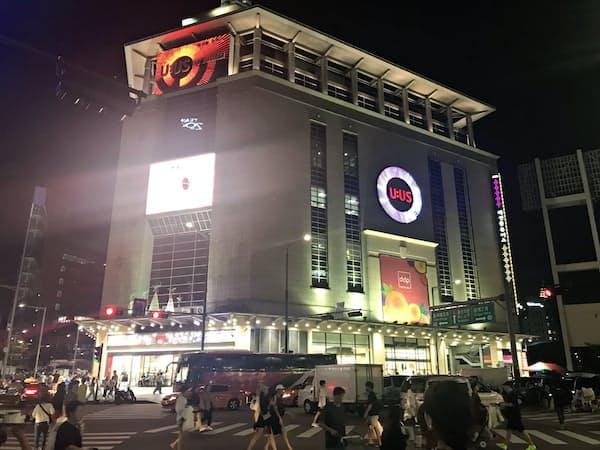 東大門市場で、ファッション卸売業者が集まるビルは真夜中ににぎわう(ソウル市内)