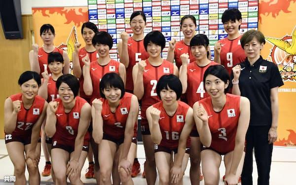 記者会見後、ポーズをとるバレーボール女子日本代表の中田監督(右端)ら(25日、東京都北区の味の素ナショナルトレーニングセンター)=共同